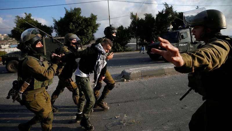 الاحتلال يعتقل 19 فلسطينيًا ويكثّف اعتداءاته في رام والله ونابلس