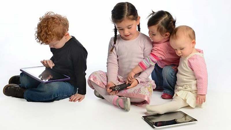 كيف تؤثر شاشات الأجهزة الذكية في أدمغة الأطفال؟