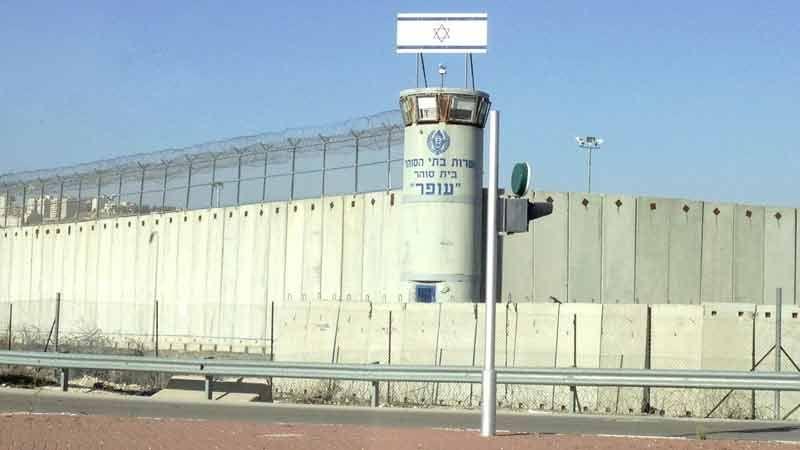 إدارة سجن عوفر تتراجع عن عقوباتها بحقّ الأسرى الفلسطينيين