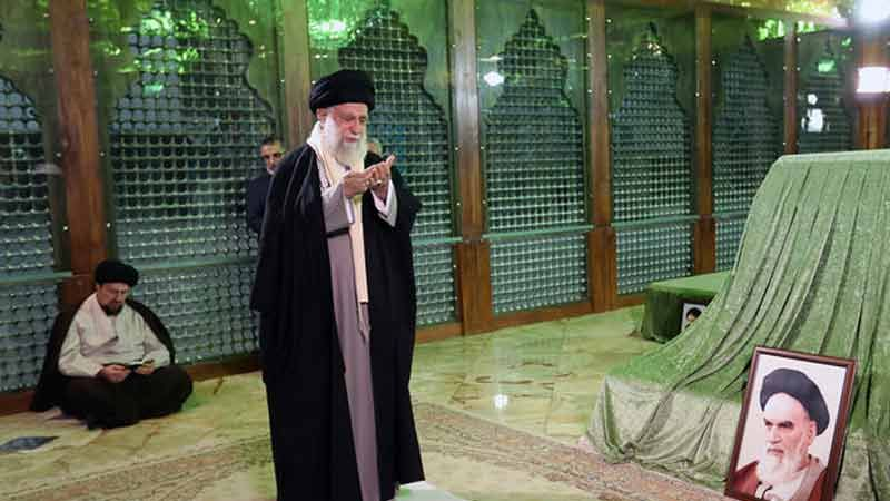 على أعتاب عشرة الفجر.. الإمام الخامنئي يزور مرقد الإمام الخميني (قده)
