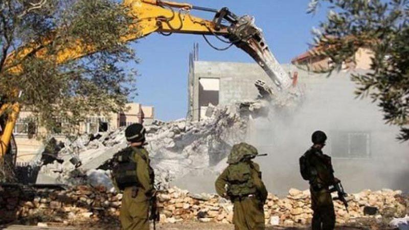 الاحتلال يهدم عمارة سكنية و3 منشآت في القدس ويعتقل 18 فلسطينيًا بالضفة