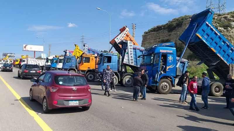 اعتصام لأصحاب الشاحنات على اوتوستراد الزهراني