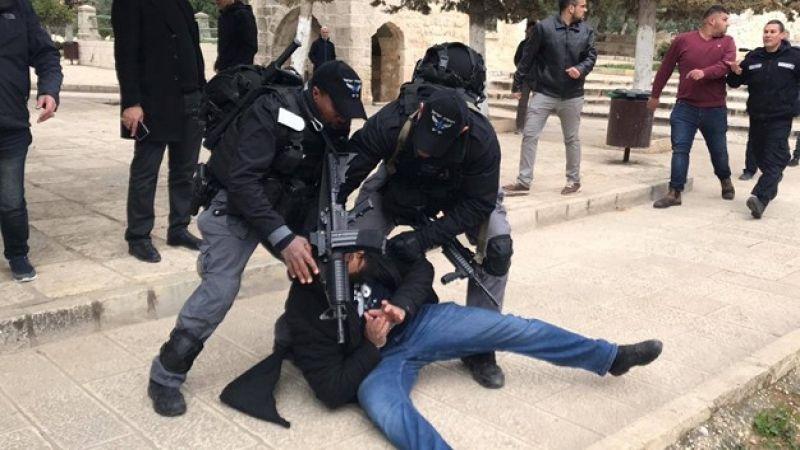 قوات الاحتلال تهاجم المصلين بالمسجد الأقصى