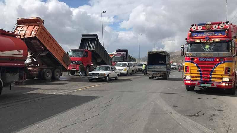 بعد قرار وقف العمل باللوحات الخضراء.. أصحاب الشاحنات يعتصمون في ضهر البيدر (فيديو)