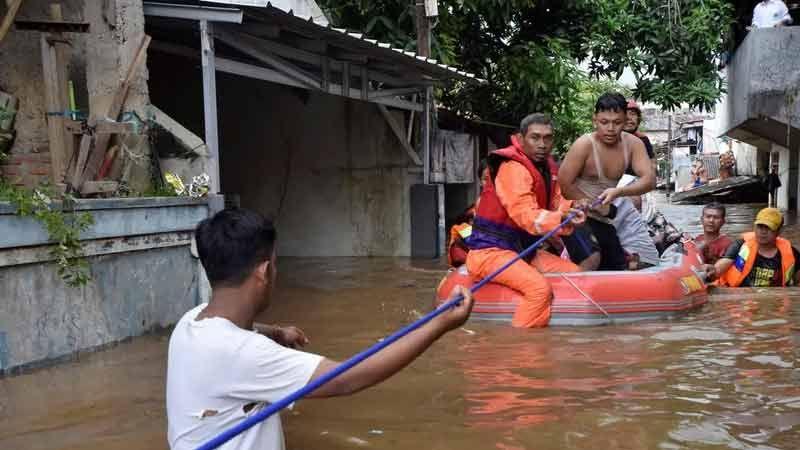77 قتيلًا في فيضانات اندونيسيا