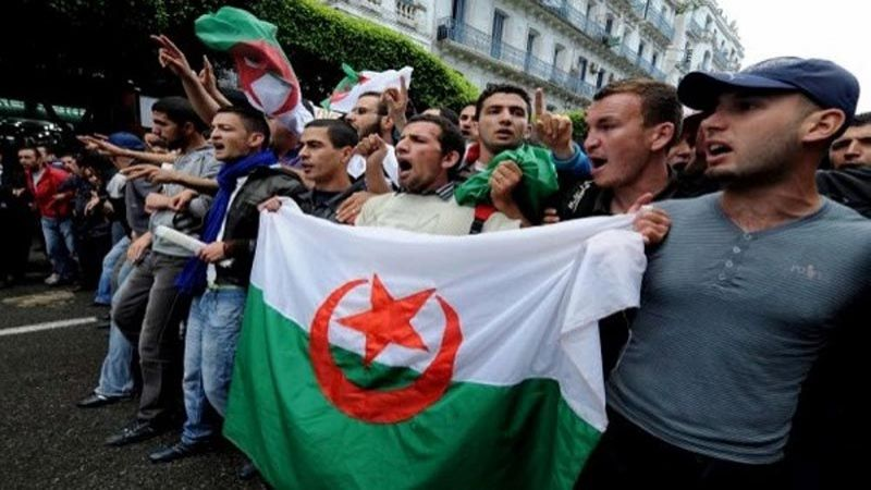 صحف مصر والمغرب العربي: طلاب الجزائر إلى الشارع رفضا لتأجيل الانتخابات