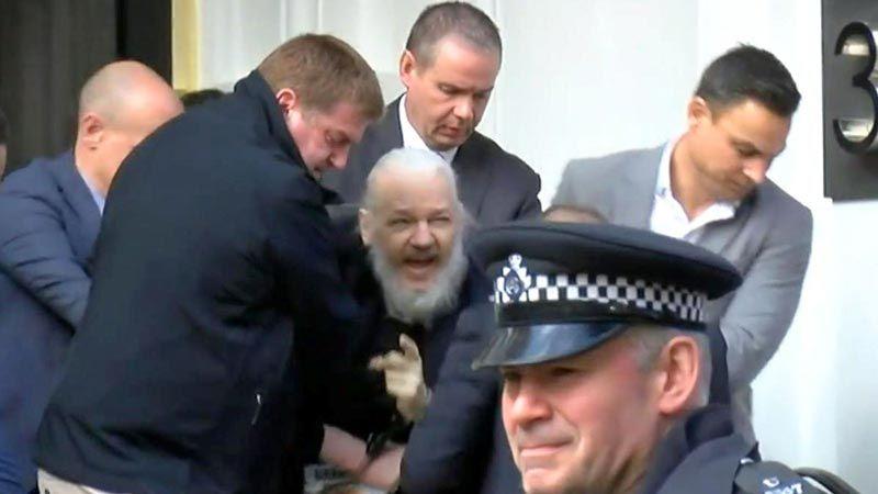 الشرطة البريطانية تعتقل جوليان أسانج