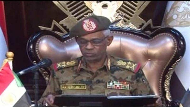 """وزير الدفاع السوداني أعلن اقتلاع النظام والمعارضة ترفض """"انقلاب العسكر"""""""