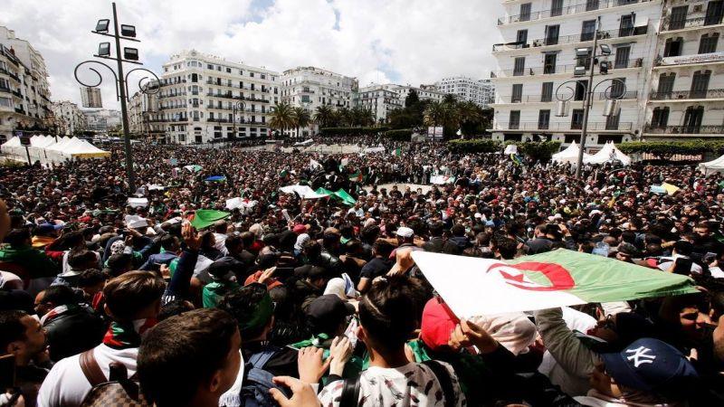 """ثمانية أسابيع والجزائريون مستمرون في التظاهر للإطاحة بـ """"رموز النظام"""""""