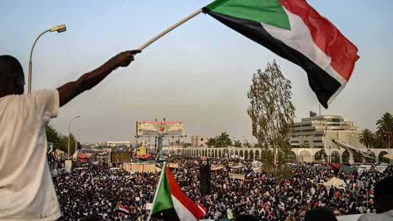 السودانيون يطالبون بتسليم السلطة للمدنيين