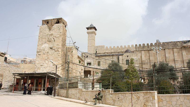 الاحتلال يشدّد إجراءاته في الخليل عشية زيارة نتنياهو الانتخابية