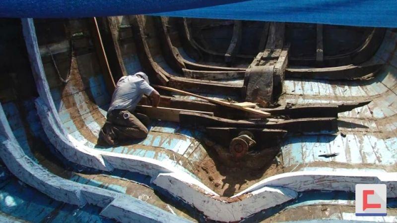 16 عاماً في صناعة السفن الخشبية