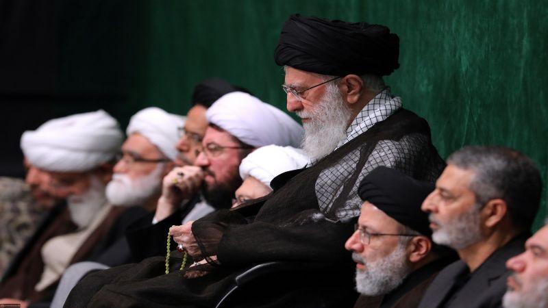 بالصور: الإمام الخامنئي مشاركًا في مجلس ليلة التاسع من محرم