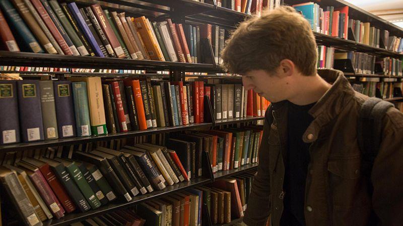 الكتب المدرسية بالدولار