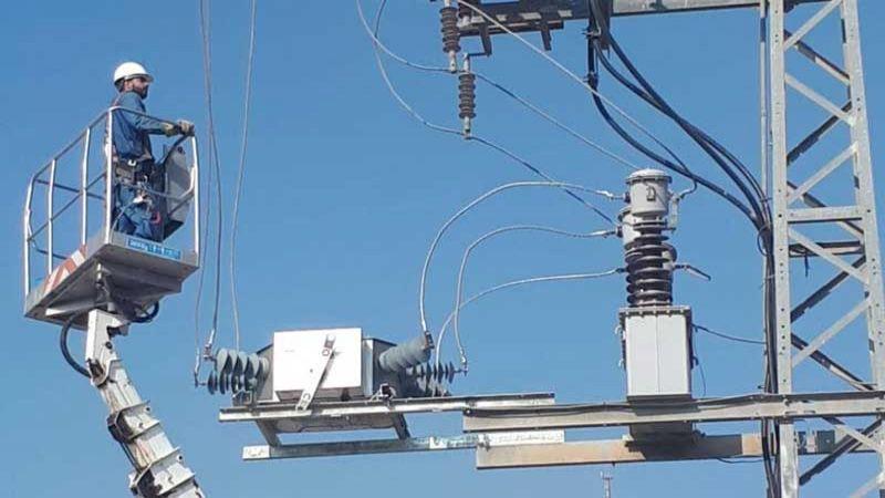 الاحتلال يقيّد تزويد الكهرباء للفلسطينيين في الضفة الغربية بسبب الديون