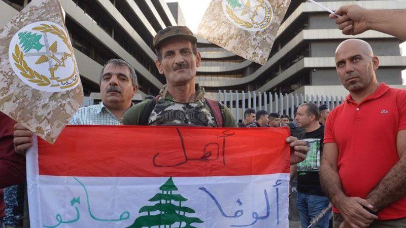 العسكريون المتقاعدون يعتصمون احتجاجًا على عدم منحهم المساعدات المرضية والمدرسية