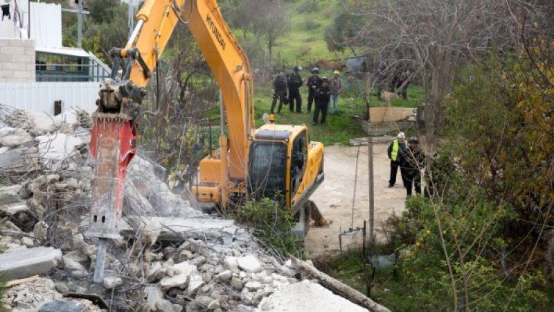 الاحتلال يهدم منزلين ومساكنَ من صفيح في بيت لحم والخليل