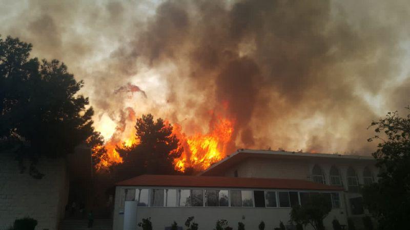 حرائق متنقلة بين المناطق.. عزل خطوط توتر عالٍ واستعانة بالطوافات لإخماد النيران