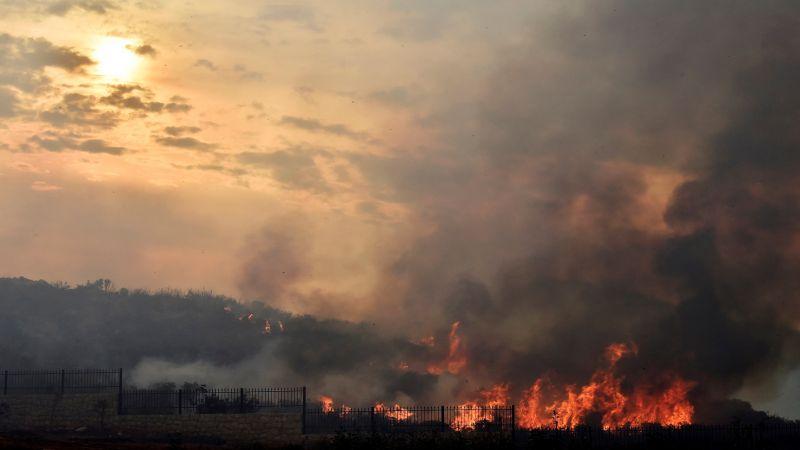حرائق تُشعل لبنان..اتهامات للدولة بالتقصير والمواطنون فرحون بهطول الأمطار كبديل عن إطفاء النيران