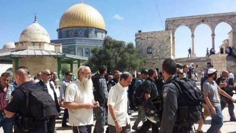 مئات المستوطنين يقتحمون باحات الاقصى بحراسة من قوات الاحتلال