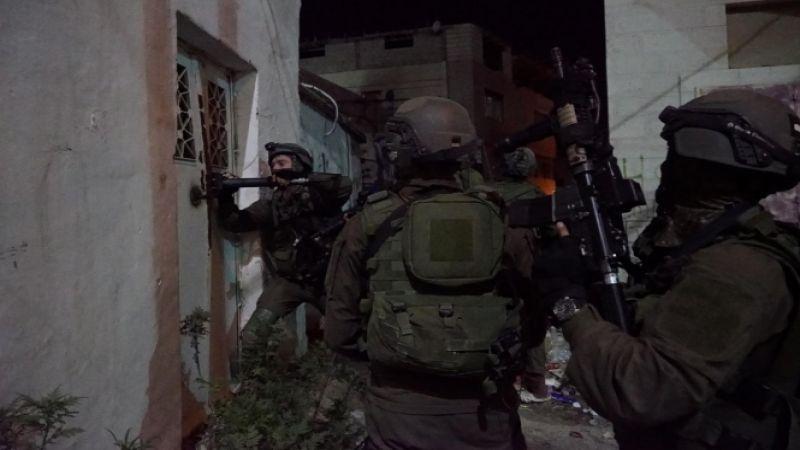 الاحتلال يهدم مبنى سكنيًا في مخيّم قلنديا ويعتقل فلسطينيين بالضفة