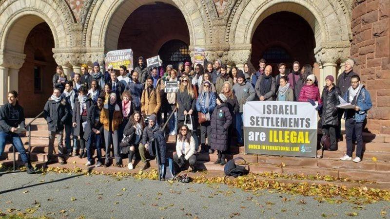 """طلاب جامعة """"هارفرد"""" يُحرجون القنصل الصهيوني في نيويورك"""