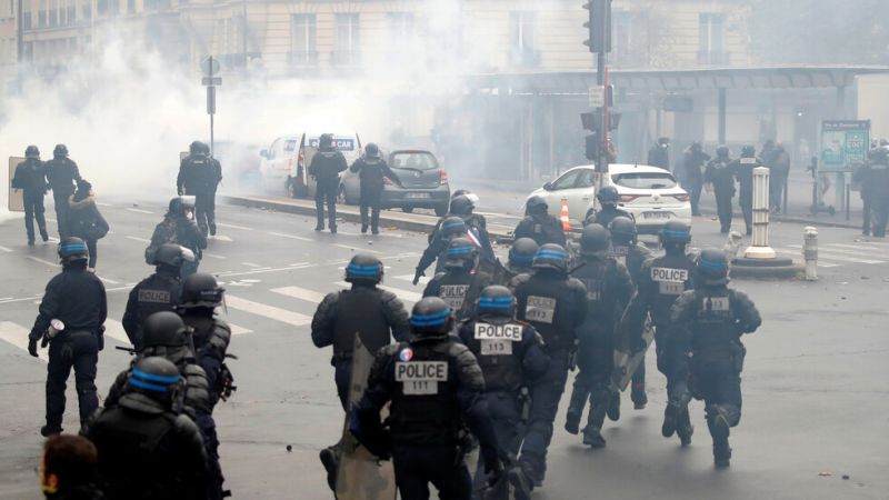"""باريس .. عشرات المعتقلين في ذكرى """"السترات الصفراء"""" الأولى"""