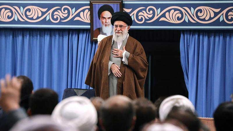 الإمام الخامنئي يدعم قرار إدارة الوقود داعيا الشعب للابتعاد عن المخربين