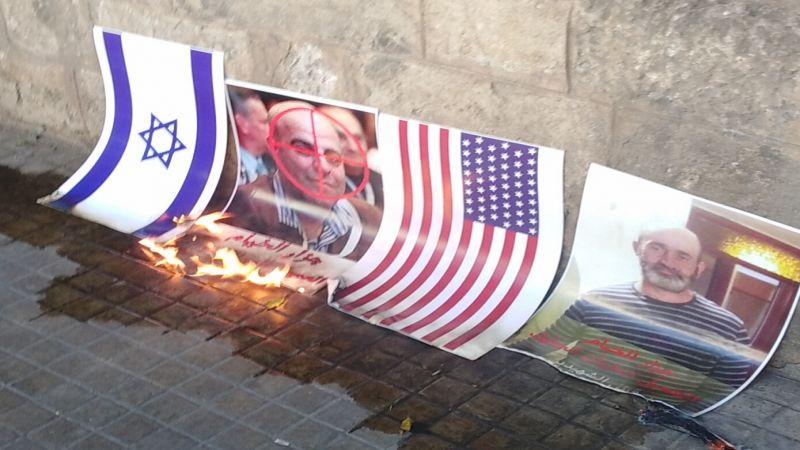 إحراق العلمين الاميركي والصهيوني خلال اعتصام المحررين امام العسكرية