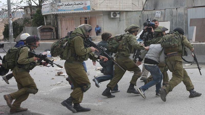 الاحتلال يعتقل الفلسطينيين ويسلب أموالهم في الضفة