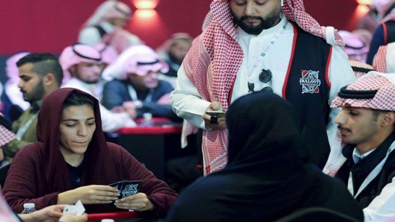 السعوديات يُشاركن في ألعاب القمار