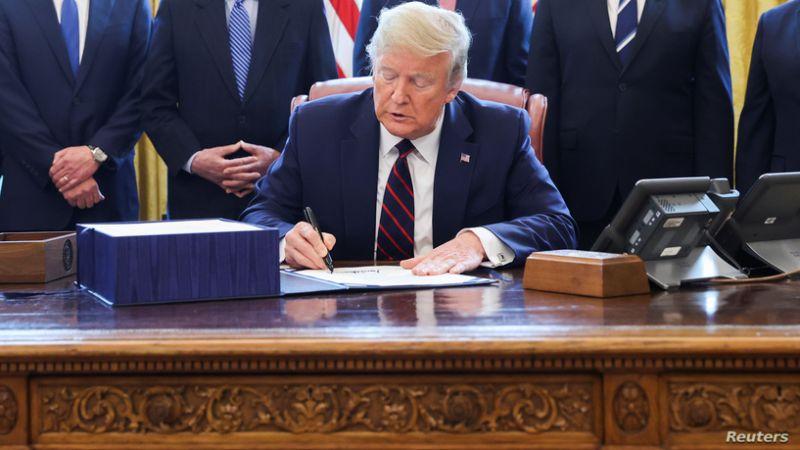 """لمواجهة """"كورونا"""".. ترامب يوقّع على أكبر حزمة اقتصادية في تاريخ الولايات المتحدة"""