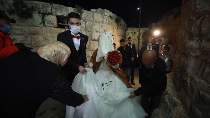 """الحب يقهر """"كورونا"""" .. حفل زفاف بمراسم من وحي المناسبة"""