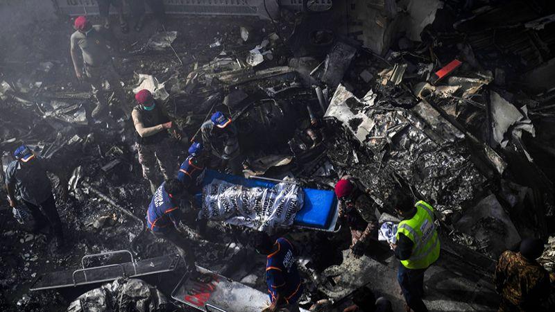 بالفيديو .. لحظة ارتطام طائرة الركاب الباكستانية بالأرض وانفجارها