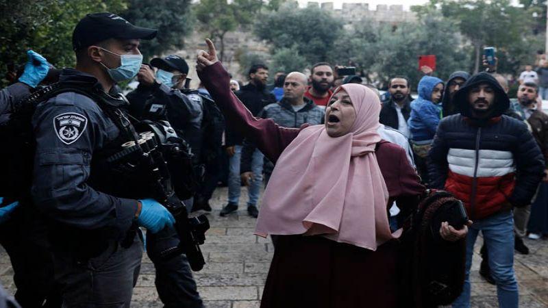 بالصور.. الاحتلال يعتدي على المصلين قرب الاقصى صبيحة العيد