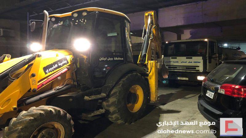 بالتنسيق مع محافظ بيروت.. اتحاد بلديات الضاحية يرفع الأنقاض في محيط المرفأ