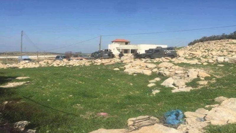 الاحتلال يمنع مزارعين في الخليل من الوصول إلى أراضيهم