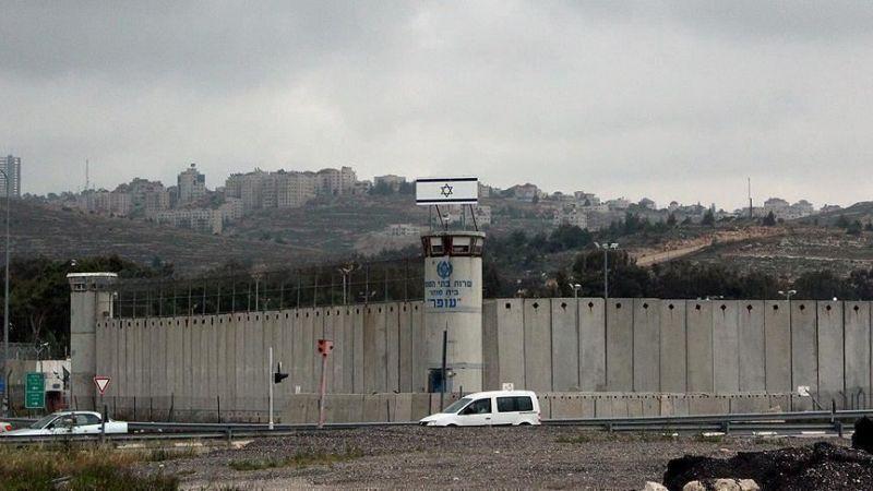 الاحتلال يعزل 32 أسيرًا فلسطينيًا في عوفر لتضامنهم مع الأسير ماهر الأخرس