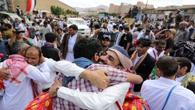 مئات الأسرى اليمنيين يتنفّسون الحرية اليوم
