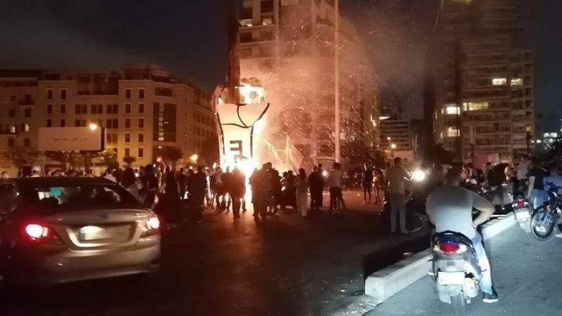 """بالفيديو... احراق """"قبضة الثورة"""" في وسط بيروت"""