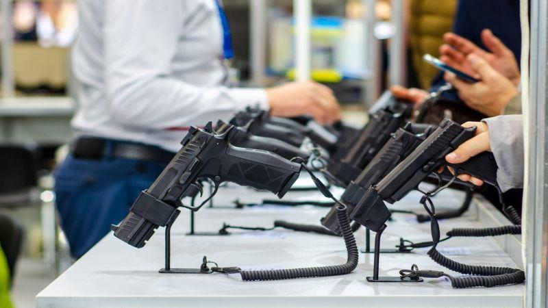 رقم قياسي لمبيعات السلاح.. لماذا يتهافت الأميركيون على تخزينه؟