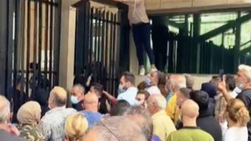 رفضًا للتسويف والمماطلة.. أهالي الطلاب في الخارج يحتجون أمام مصرف لبنان
