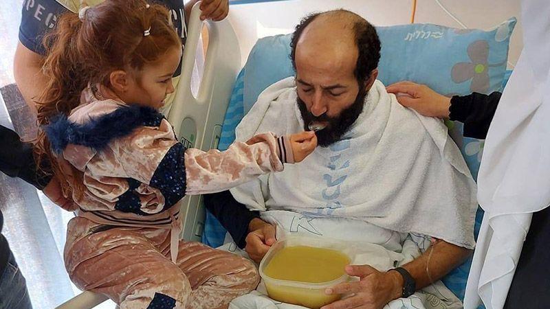 فيديو.. بعد انتزاع النصر والحرية هكذا أطعمت ابنة الأسير الأخرس والدها