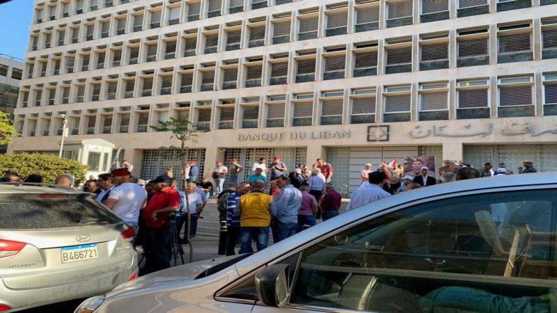 """غضب أمام مصرف لبنان.. لتطبيق """"الدولار الطالبي"""""""