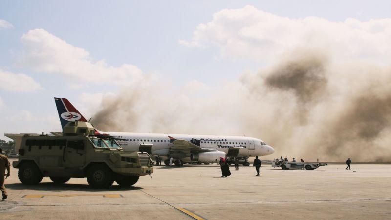 إنفجار يهز عدن ويقتل العشرات من بينهم أعضاء في حكومة هادي