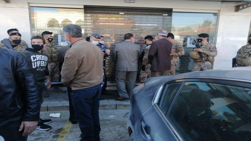اعتداء على أهالي الطلاب في الخارج في أحد مصارف شتورا