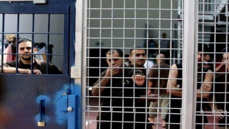 """الأسرى الفلسطينيون في سجن """"عوفر"""" يتحدّون تنكيل الاحتلال"""