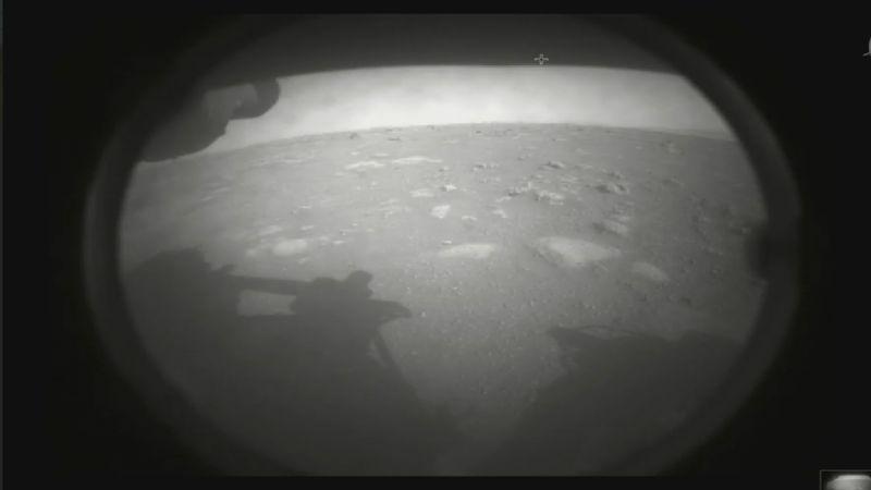 """بحثًا عن الحياة الأخرى.. """"برسفيرنس"""" تحطّ على سطح المريخ"""