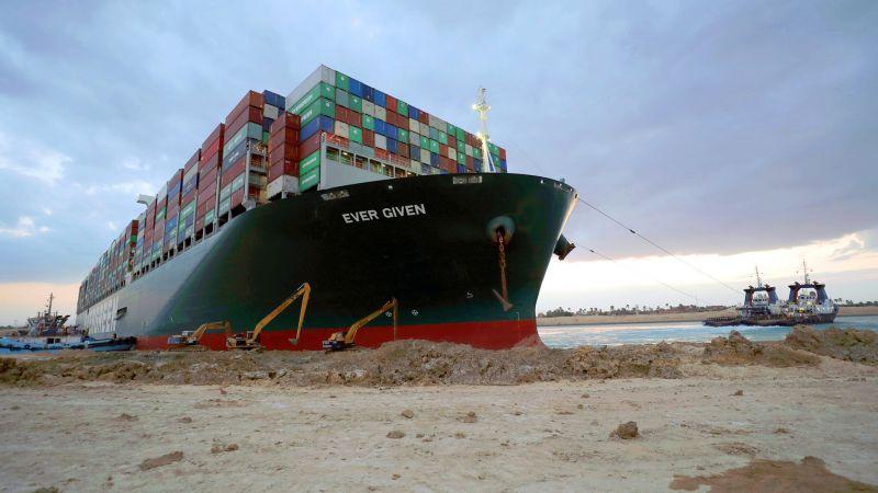 بعد نحو أسبوع من عرقلتها المجرى الملاحي.. إعادة تعويم السفينة الجانحة في قناة السويس