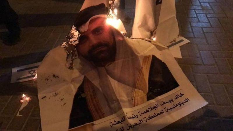 متظاهرون بحرينيون يحرقون صورة أول سفير للنظام في الأراضي المحتلة